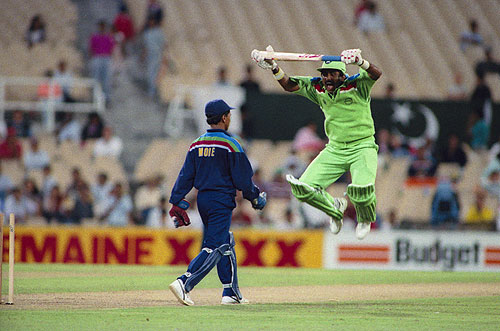 Javed Miandad jumping after getting irritated by Kiran More.