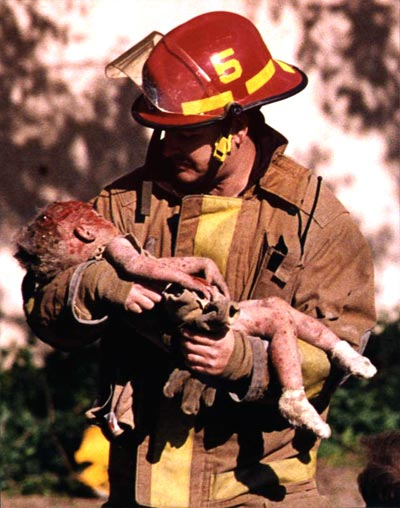Firefighter Chris Fields holding a dying baby in the aftermath of Oklahoma City Bombing. Photographer: Charles Porter