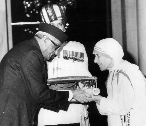 Mother Teresa receiving Bharat  Ratna Award from Honorable President of India, Shri Neelam Sanjiva Reddy.